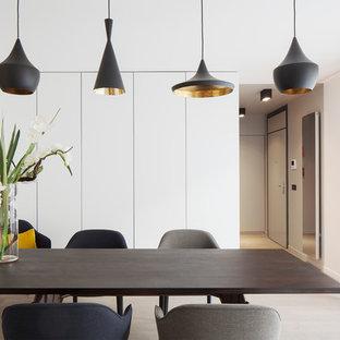 Cette photo montre une salle à manger tendance de taille moyenne avec un mur blanc, un sol en bois clair et aucune cheminée.