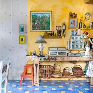 Ispirazione per una sala da pranzo aperta verso il soggiorno boho chic di medie dimensioni con pareti gialle, pavimento in terracotta e pavimento blu