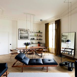 Aménagement d'une grande salle à manger ouverte sur le salon contemporaine avec un mur blanc, un sol en bois clair et aucune cheminée.