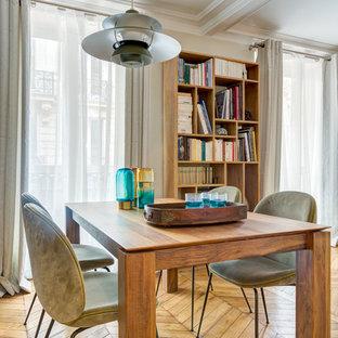 Idées déco pour une grande salle à manger ouverte sur le salon éclectique avec un mur blanc, un sol en bois brun et aucune cheminée.