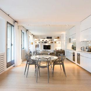 Idées déco pour une grand salle à manger ouverte sur la cuisine contemporaine avec un mur blanc et un sol en bois clair.