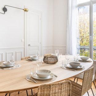 Foto di una grande sala da pranzo minimal chiusa con pareti rosa, pavimento in legno massello medio, camino ad angolo e pavimento marrone