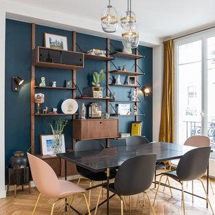 Idee per una sala da pranzo aperta verso il soggiorno design di medie dimensioni con pareti blu, parquet chiaro, pavimento beige e nessun camino