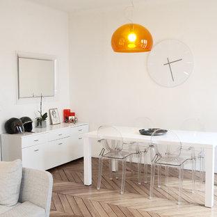 Inspiration pour une salle à manger ouverte sur le salon design de taille moyenne avec un mur blanc, un sol en bois clair et aucune cheminée.