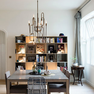Inspiration pour une salle à manger ouverte sur le salon traditionnelle de taille moyenne avec un mur blanc, un sol en bois clair et aucune cheminée.
