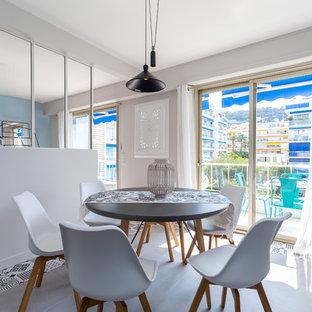 Inspiration pour une salle à manger ouverte sur la cuisine nordique avec un mur gris et un sol multicolore.