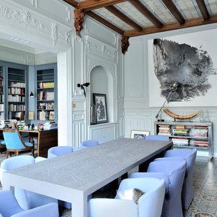Aménagement d'une salle à manger contemporaine avec une cheminée standard, un manteau de cheminée en bois et un sol multicolore.