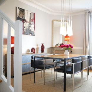 Réalisation d'une grand salle à manger ouverte sur le salon bohème avec un mur blanc, un sol en bois clair, une cheminée d'angle et un manteau de cheminée en pierre.