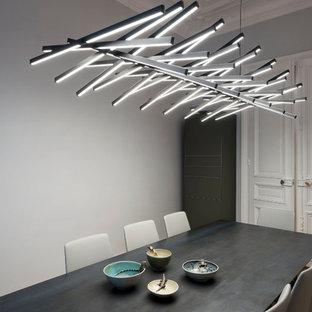 Réalisation d'une salle à manger bohème fermée et de taille moyenne avec un mur gris et un sol en bois brun.