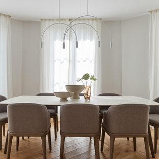 Exemple d'une salle à manger tendance avec un mur gris, un sol en bois clair et aucune cheminée.
