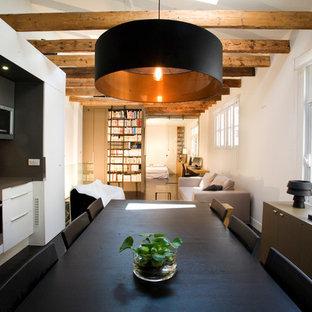 Cette photo montre une salle à manger ouverte sur la cuisine nature de taille moyenne avec un mur bleu.