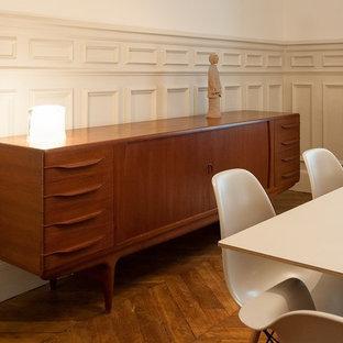 Immagine di una sala da pranzo chic di medie dimensioni con pareti beige e parquet chiaro