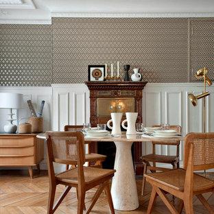 Idée de décoration pour une salle à manger tradition de taille moyenne avec un mur multicolore et un sol en bois brun.