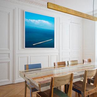 Cette image montre une salle à manger marine.