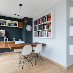 Idées déco pour une petit salle à manger ouverte sur le salon contemporaine avec un mur multicolore et un sol en bois clair.