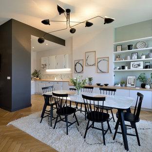 Offenes Nordisches Esszimmer ohne Kamin mit bunten Wänden, braunem Holzboden und braunem Boden in Lyon