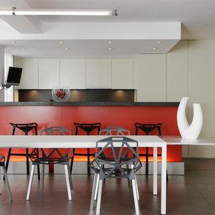 Cette image montre une salle à manger ouverte sur la cuisine design de taille moyenne avec un sol en carrelage de céramique, aucune cheminée et un mur blanc.