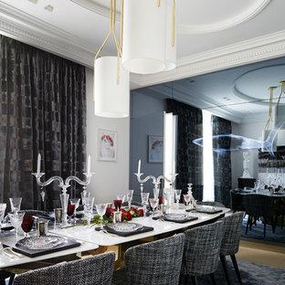 Exemple d'une très grand salle à manger tendance fermée avec un mur blanc, un sol en bois clair et un sol beige.