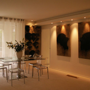 Immagine di una grande sala da pranzo aperta verso il soggiorno classica con pareti bianche, moquette e pavimento bianco