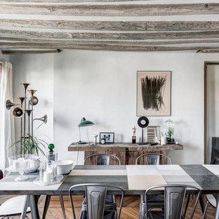 Réalisation d'une salle à manger champêtre avec un mur blanc et un sol en bois foncé.