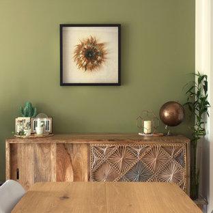 Idées déco pour une salle à manger scandinave de taille moyenne avec un mur vert, un sol en bois clair, aucune cheminée et un sol beige.