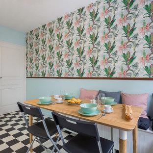 Inspiration pour une salle à manger ouverte sur la cuisine vintage avec un mur noir, aucune cheminée et un sol multicolore.