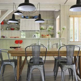 Cette photo montre une grand salle à manger ouverte sur la cuisine bord de mer avec un mur beige, un sol en bois foncé et aucune cheminée.