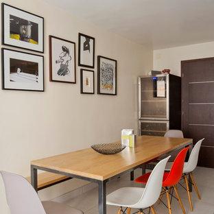 Inspiration pour une salle à manger design fermée et de taille moyenne avec aucune cheminée, un mur beige et un sol en carrelage de céramique.