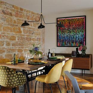 Exemple d'une salle à manger ouverte sur le salon tendance de taille moyenne avec un mur beige, un sol en bois brun et un sol marron.