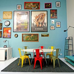 Foto di una sala da pranzo aperta verso il soggiorno eclettica di medie dimensioni con pareti blu
