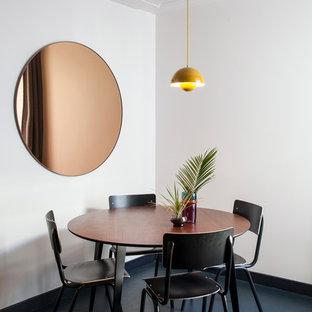 Exemple d'une salle à manger tendance avec un mur blanc et un sol bleu.
