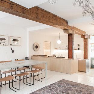 Inspiration pour une salle à manger design avec un mur blanc, un sol en bois peint et un sol blanc.