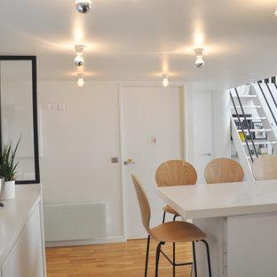 На фото: кухня-столовая среднего размера с полом из керамической плитки и зеленым полом с