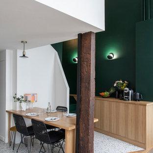 Inspiration pour une salle à manger design avec un mur vert, un sol en bois brun, aucune cheminée et un sol marron.