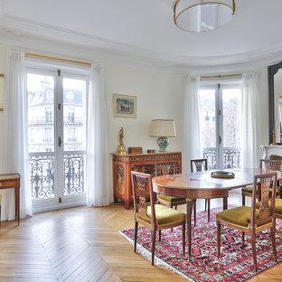 Réalisation d'une salle à manger ouverte sur le salon tradition de taille moyenne avec un sol en bois brun, une cheminée standard, un sol beige, un mur beige et un manteau de cheminée en pierre.