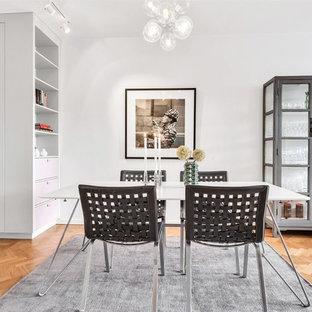 Idéer för en skandinavisk matplats, med vita väggar, mellanmörkt trägolv och brunt golv