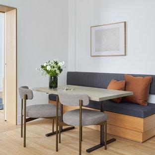 Diseño de comedor contemporáneo, pequeño, sin chimenea, con paredes blancas y suelo de madera clara