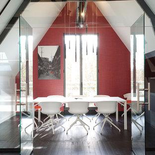 Esempio di una sala da pranzo aperta verso il soggiorno contemporanea di medie dimensioni con pareti rosse, pavimento in legno verniciato, nessun camino e pavimento nero