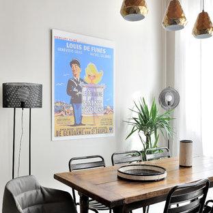 Réalisation d'une salle à manger ouverte sur le salon nordique avec un mur blanc.