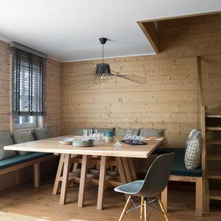 Cette photo montre une petite salle à manger scandinave avec un sol en bois clair, un mur marron et aucune cheminée.
