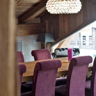 Idées déco pour une salle à manger ouverte sur le salon éclectique de taille moyenne avec un mur marron.