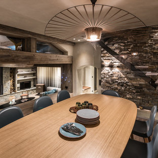 Réalisation d'une grande salle à manger ouverte sur le salon chalet avec un sol en bois brun.
