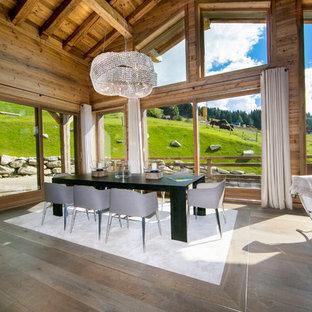 Exemple d'une grande salle à manger ouverte sur le salon éclectique avec un mur marron et un sol en bois brun.
