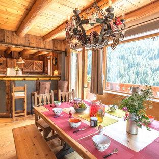 Inspiration pour une salle à manger ouverte sur la cuisine chalet en bois de taille moyenne avec un mur marron, un sol en bois brun, un sol beige et un plafond en bois.