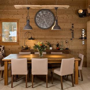 Idée de décoration pour une salle à manger ouverte sur le salon chalet de taille moyenne avec un mur marron, un sol en bois clair et aucune cheminée.