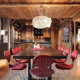 Idées déco pour une salle à manger ouverte sur le salon montagne de taille moyenne avec un sol en bois clair, un mur marron et aucune cheminée.