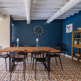 Свежая идея для дизайна: большая столовая в стиле кантри с синими стенами, полом из керамической плитки и разноцветным полом без камина - отличное фото интерьера