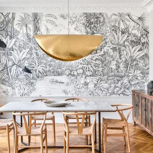 Inspiration pour une salle à manger design avec un mur gris, un sol en bois brun, un sol marron et du papier peint.