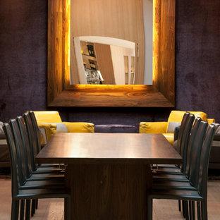 Idées déco pour une salle à manger ouverte sur le salon contemporaine de taille moyenne avec un mur gris et un sol en bois clair.