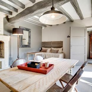 Idée de décoration pour une grande salle à manger tradition fermée avec un mur gris et un sol en carrelage de céramique.